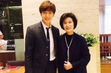 Jung Il-Woo with his mother.