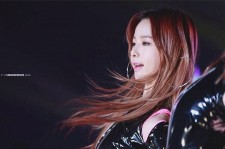 Solji performs on stage.