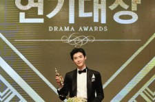 Lee Jong-Suk poses after winning Grand Prize in the 2016 MBC Drama Awards.