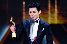 Jo Jung-Sok delivers acceptance speech after winning Top Excellence Awards for Romantic Comedy genre in the 2016 SBS Drama Awards.