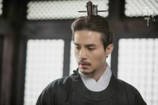 Lee Dong-Wook as Goryeo king Wang Yeo in the