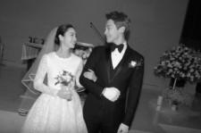 A wedding photo of Kim Tae-hee and Rain.