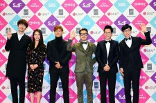 Running Man members posed for a picture on Photo Wall of 2016 SBS Entertainment Awards.