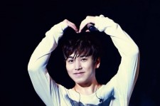 Sungmin gave fans some love with his heart-pose during one of Super Junior's concerts.