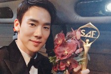 Yoo Yeon Seok poses with his SBS Drama Awards Excellent Actor trophy.