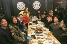 Lee Dong Gun was sitting next to Jo Yoon Hee on Radio Show team dinner.