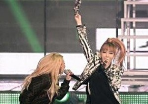 2NE1 Bom's Barefoot Performance, 'Most Memorable Moment' at Seoul Music Awards 2013?