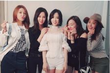 Four members of Girls' Generation showed support in Taeyeon's concert.