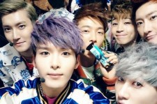 Super Junior M Snaps a Group Shot before going on Stage, 'Clustered Together'