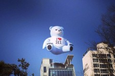 YG Headquarters Hangs Teddy Bear Balloon on Roof to Promote Lee Hi's New Album