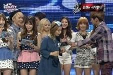 jonghyun gives lee hi flowers on m countdown