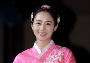 Kim Tae Hee Beautiful in Tradiitonal Hanbok at 'Jang Ok Jeong, Live for Love' Press Conference