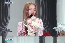 Lee Hi, Mysterious Glare and Red Lipstick, 'The Maturity of an 18-Year-Old Girl'