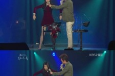 IU copies the 'buffering dance' making the audience laugh hysterically
