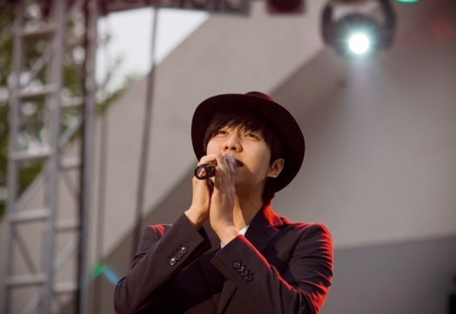 Photo Collection of Lee Seung Gi Singing key=>1 count18