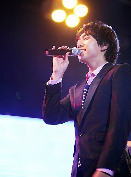 Photo Collection of Lee Seung Gi Singing key=>8 count18