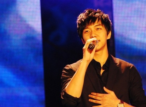 Photo Collection of Lee Seung Gi Singing key=>17 count18