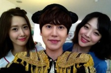 Super Junior Kyuhyun Snaps Photo with Girls' Generation Yoona and f(x) Sulli