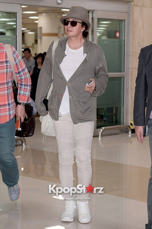 Actor Bae Young Joon At Kimpo Airport Returns to Korea From Japan on May 25, 2013key=>3 count7