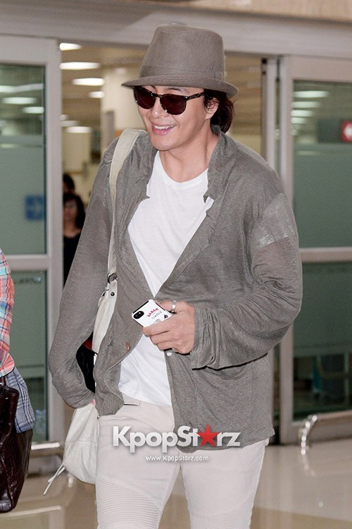 Actor Bae Young Joon At Kimpo Airport Returns to Korea From Japan on May 25, 2013key=>4 count7