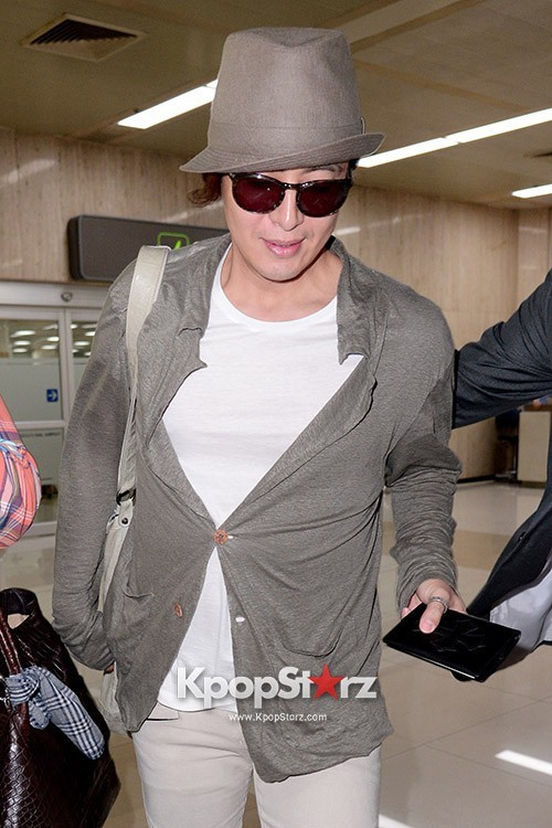Actor Bae Young Joon At Kimpo Airport Returns to Korea From Japan on May 25, 2013key=>6 count7