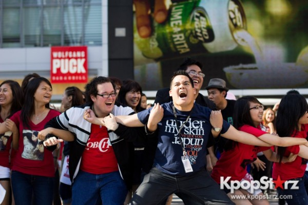 Cassie fans welcome TVXQ to LA with at Flashmob at Nokia Theaterkey=>8 count32