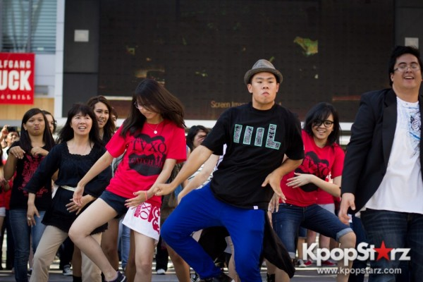 Cassie fans welcome TVXQ to LA with at Flashmob at Nokia Theaterkey=>9 count32