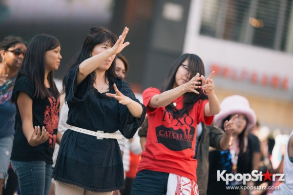 TVXQ Fans Welcome YunHo and Changmin to LA With Pre-Concert Flashmob At Nokia Theaterkey=>28 count32