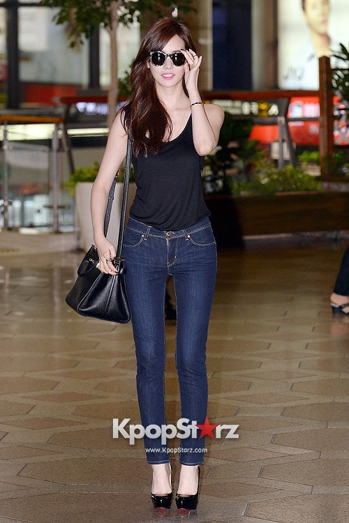 Actress Lee Da Hye in Casual Jeans while Leaving for Shanghai key=>1 count17