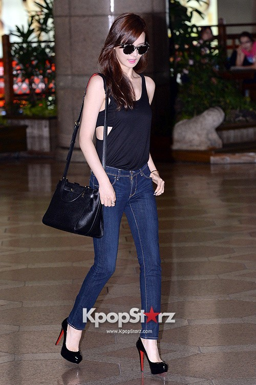 Actress Lee Da Hye in Casual Jeans while Leaving for Shanghai key=>2 count17