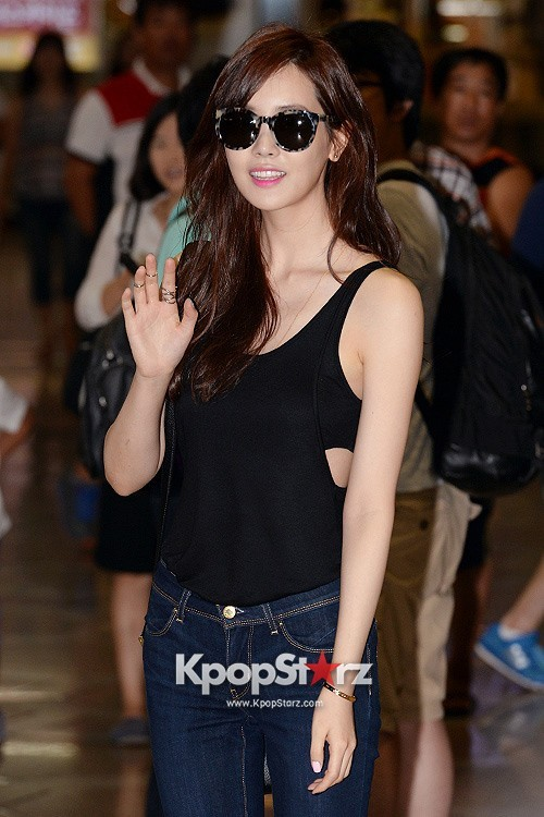 Actress Lee Da Hye in Casual Jeans while Leaving for Shanghai key=>0 count17