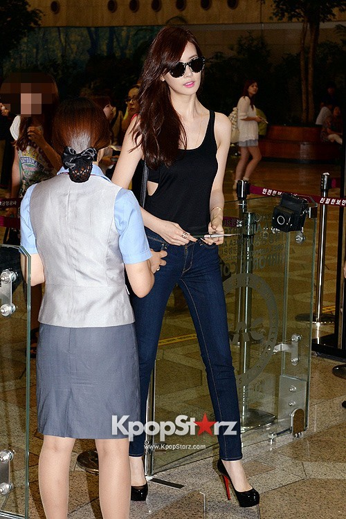 Actress Lee Da Hye in Casual Jeans while Leaving for Shanghai key=>6 count17