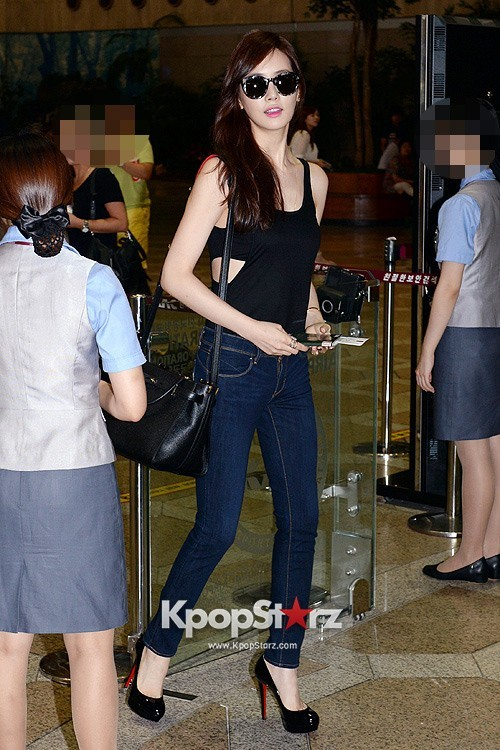 Actress Lee Da Hye in Casual Jeans while Leaving for Shanghai key=>7 count17