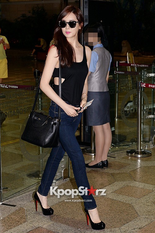 Actress Lee Da Hye in Casual Jeans while Leaving for Shanghai key=>8 count17