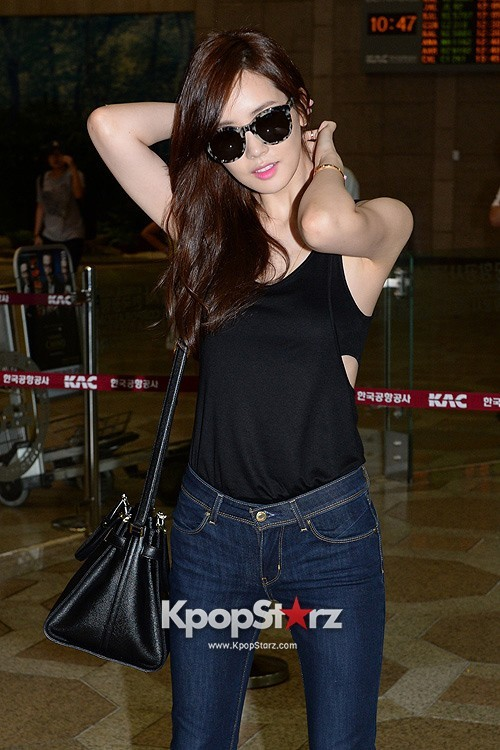 Actress Lee Da Hye in Casual Jeans while Leaving for Shanghai key=>9 count17