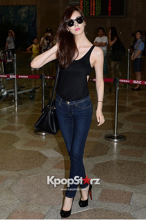 Actress Lee Da Hye in Casual Jeans while Leaving for Shanghai key=>10 count17