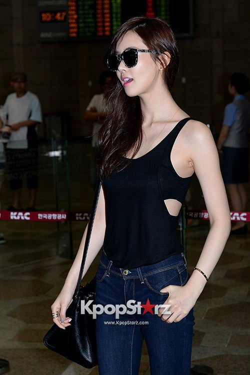 Actress Lee Da Hye in Casual Jeans while Leaving for Shanghai key=>12 count17