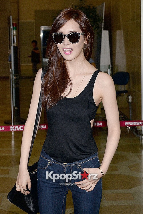 Actress Lee Da Hye in Casual Jeans while Leaving for Shanghai key=>13 count17