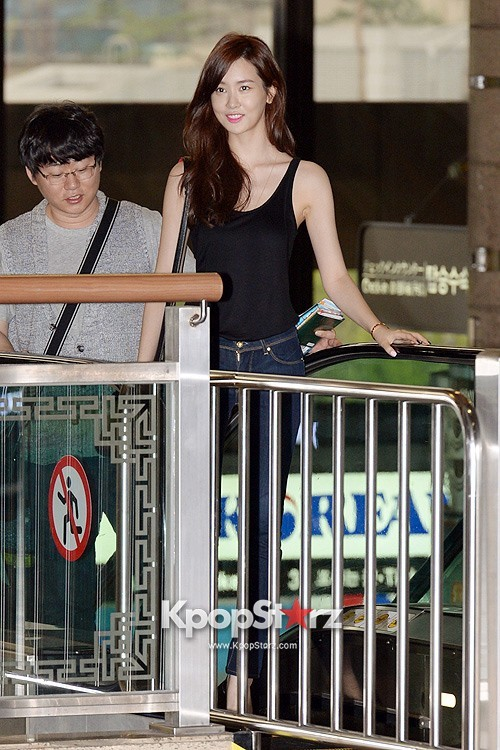 Actress Lee Da Hye in Casual Jeans while Leaving for Shanghai key=>15 count17