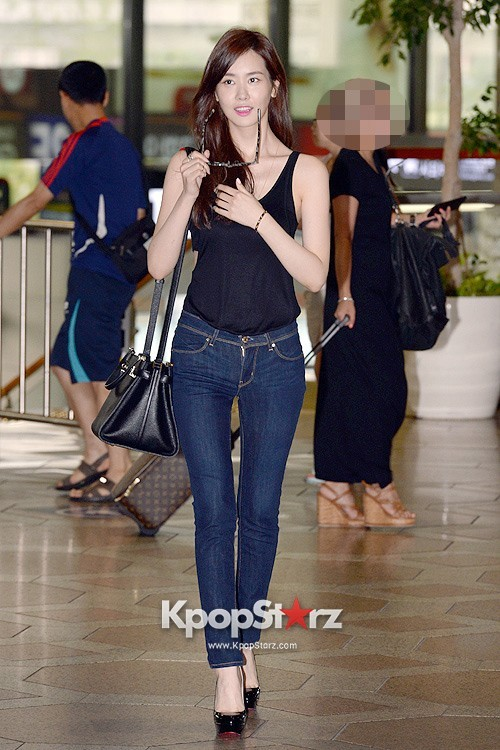 Actress Lee Da Hye in Casual Jeans while Leaving for Shanghai key=>16 count17