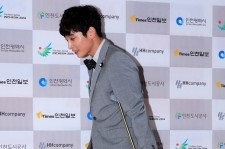 2am jung jinwoon crutches at a event